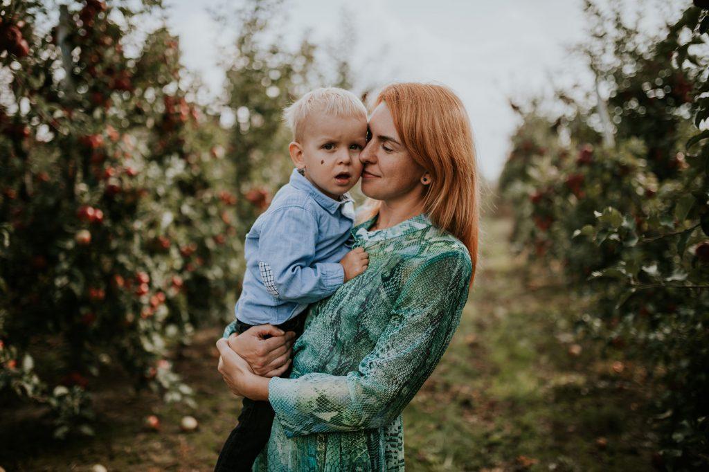 sesja rodzinna w sadzie jabłkowym sochaczew