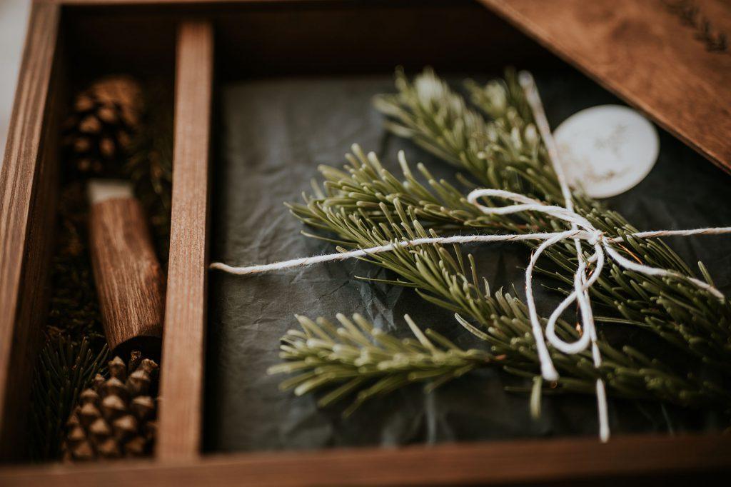 pakowanie odbitki reportaż ślubny drewniane pudełko