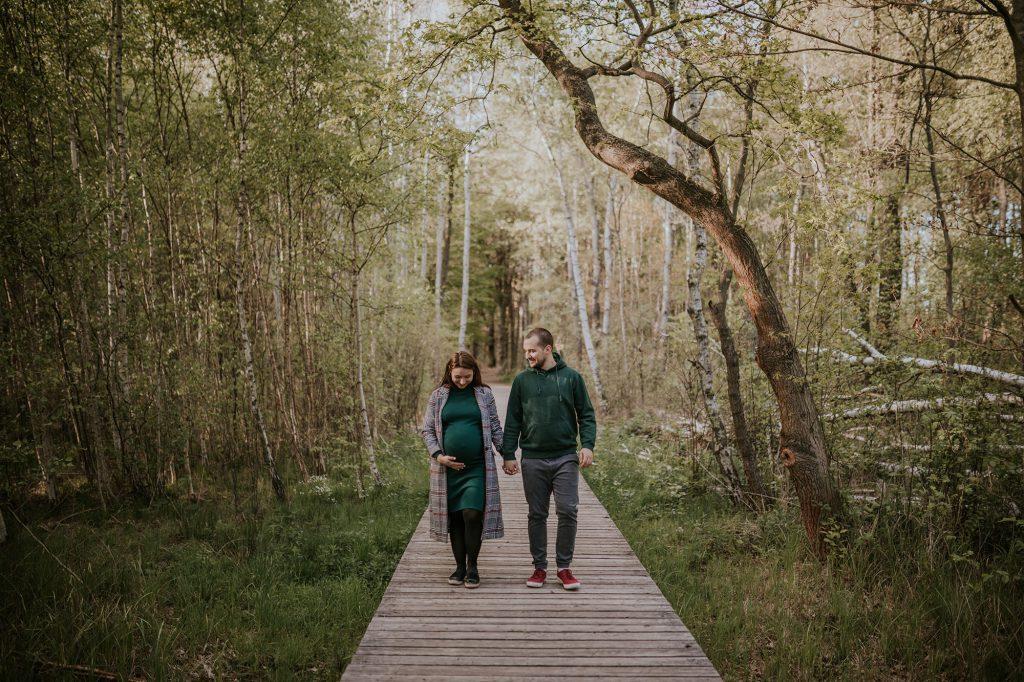 sesja ciążowa w lesie kampinoski park narodowy granica