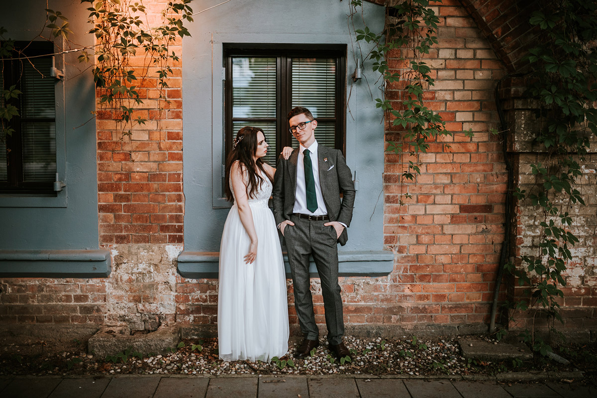 ślub plenerowy w industrialnym stylu pół na pół pół/pół wesele warszawa mokotów